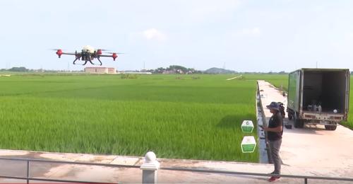 Trình diễn thiết bị bay không người lái trên cánh đồng tại Việt Yên, Bắc Giang.