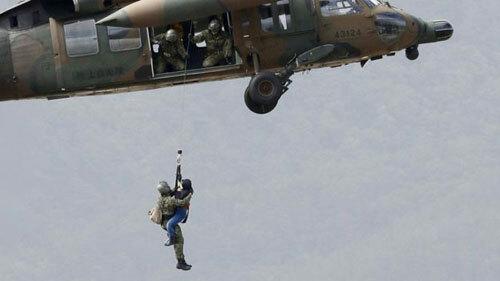 Quân đội Nhật Bản triển khai trực thăng cứu những người mắc kẹt sau bão Hagibis. Ảnh: Reuters.