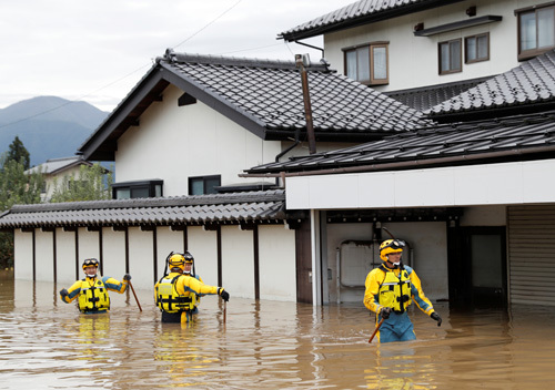 Cảnh sát Nhật Bản làm nhiệm vụ tại khu vực ngập lụt ở tỉnh Nagano hôm nay sau bão Hagibis. Ảnh:Reuters.