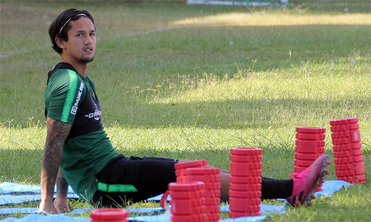 Irfan Bachdim, cầu thủ mang hai dòng máu Indonesia - Hà Lan, bị đau nhẹ, phải tập riêng. Ảnh: Lâm Thỏa.