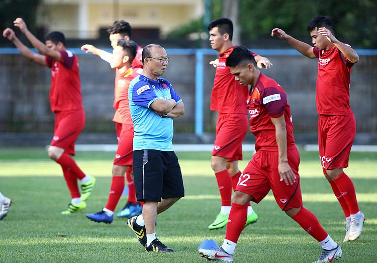 HLV Park Hang-seo quan sát các cầu thủ tập luyện ở Bali. Ảnh: Lâm Thỏa.