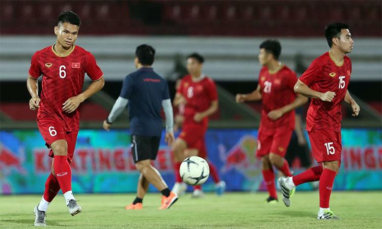 Đội tuyển Việt Nam trong buổi tập làm quen sân tối 14/10. Ảnh: Đức Đồng.
