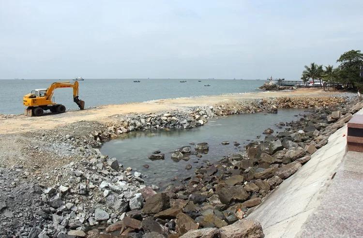 Đoạn biển trênđường Trần Phú, TP Vũng Tàu đang được san lấp, lấn ra xa bờ. Ảnh: Nguyễn Khoa.