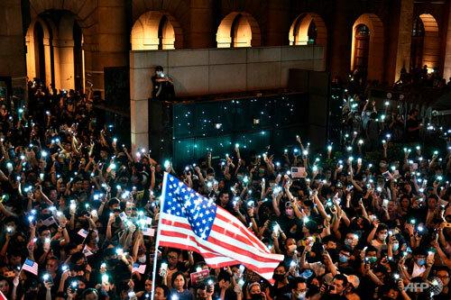 Người Hong Kong biểu tình kêu gọi Mỹ thông qua dự luật tại quận trung tâm hôm 14/10. Ảnh: Reuters.