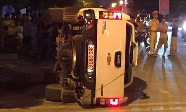 Ô tô lật nghiêng sau cú cố ý gây tai nạn. Ảnh: Lam Sơn.