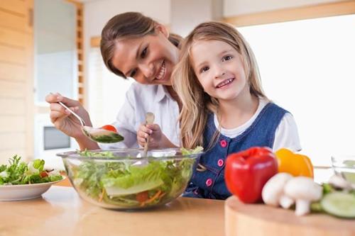 Trẻ em được dạy ăn rau từ sớm. Ảnh:Shutterstock