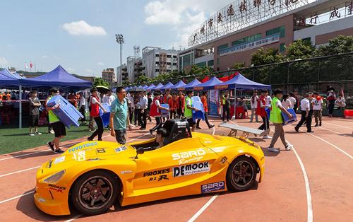 Đội đua của trường đua xe Trung Quốc tham dự Hội chợ việc làm tổ chức tại Đại học Bách khoa Truyền thông Quảng Đông (thành phố Quảng Châu, Trung Quốc). Ảnh: Tan Qingju/China Daily.
