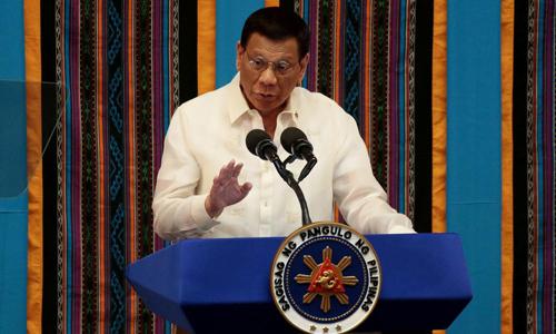 Tổng thống Philippines ngã xe máy - ảnh 1