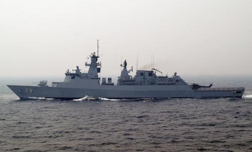 Tàu hộ vệ Malaysia diễn tập ngoài khơi nước này năm 2013. Ảnh: US Navy.