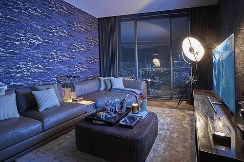 Trong căn hộ 3 triệu đôla ở trung tâm TP HCM. Chủ nhà không có nhu cầu nhiều phòng ngủ nên một phòng ngủ của thiết kế ban đầu (nằm cạnh phòng lounge) được chuyển đổi thành phòng chơi games, xem phim, hát karaoke... Ảnh: Do Sy, Royal Nguyen