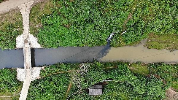 Hai nghi phạm đổ dầu thải ra nguồn nước sông Đà bị bắt