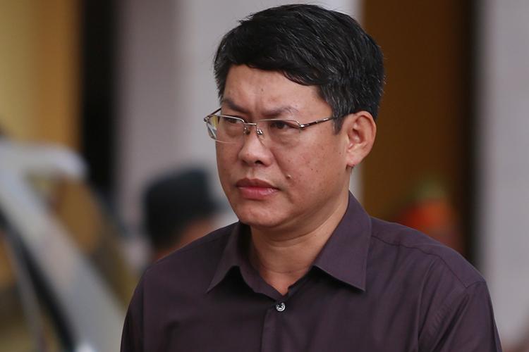 Nhân chứng Lê Trọng Bình (Phó chủ tịch UBND thành phố Sơn La) đến toà. Ảnh: Phạm Dự.