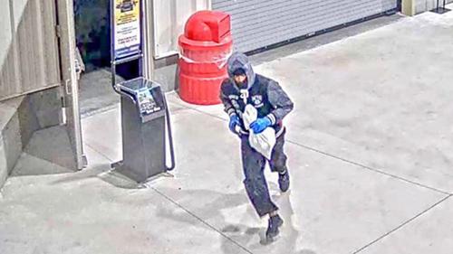 Trộm nấp trong siêu thị nhiều giờ, cuỗm 13.000 USD trang sức - ảnh 1