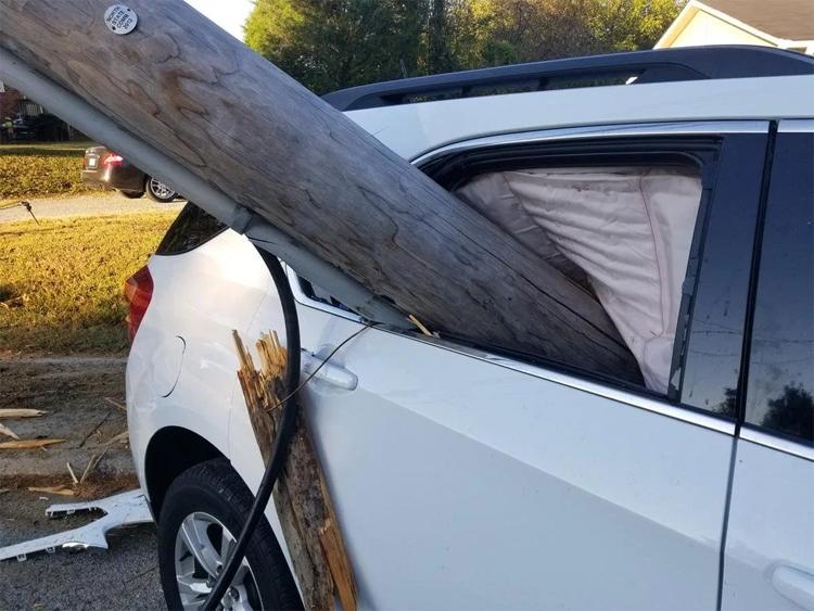 Chiếc cột gỗ lớn đâm xuyên qua cửa kính sau bên trái. Một mẩu gỗ còn vương bên cánh cửa.