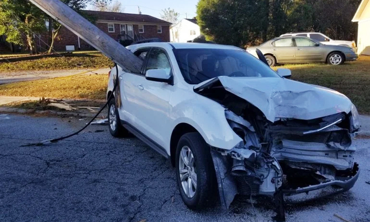 Phần đầu xe vỡ toác sau cú đâm.