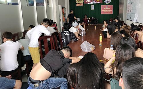 Cảnh sát phong toả quán bar bắt dân chơi ma tuý - ảnh 2