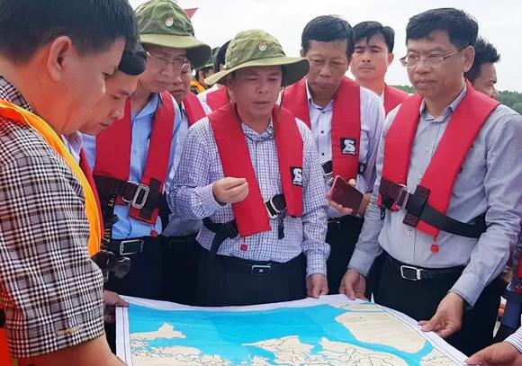 Bộ trưởng Giao thông Vận tải Nguyễn Văn Thể chỉ đạo tại hiện trường tàu chìm. Ảnh: Hữu Nguyên.