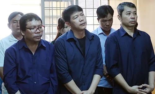 Các bị cáo Thới, Chân, Thái tại tòa sơ thẩm. Ảnh: Lan Ngọc.