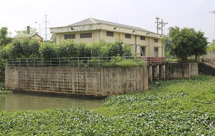 Trạm bơm Bến Thủy ngưng hoạt động 7h do không có điện lưới. Ảnh: Nguyễn Hải.