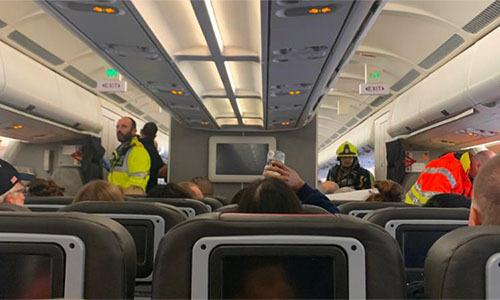 Máy bay hạ cánh khẩn vì hóa chất tràn ra khoang