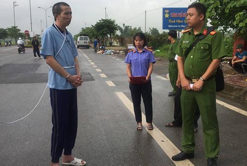Công (ngoài cùng bên trái) thực nghiệm hiện trường vào đầu tháng 7. Ảnh:Thu Trang.