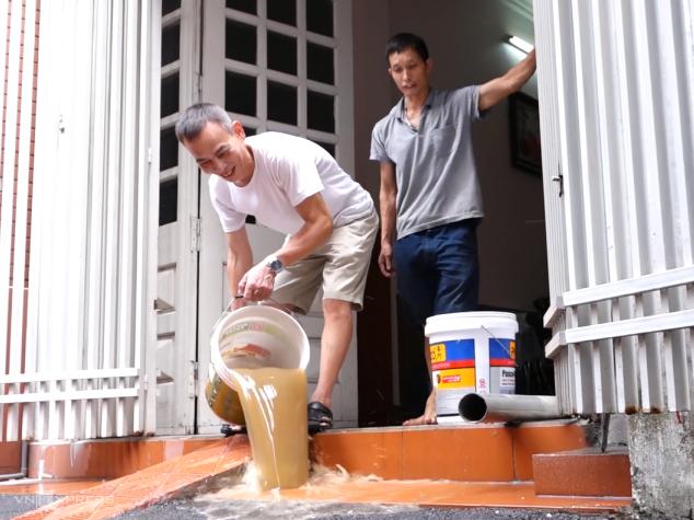 Một hộ dân phường Trung Văn, quận Nam Từ Liêm thau rửa bể nước gia đình, sáng 23/10. ẢNh: Lộc Chung