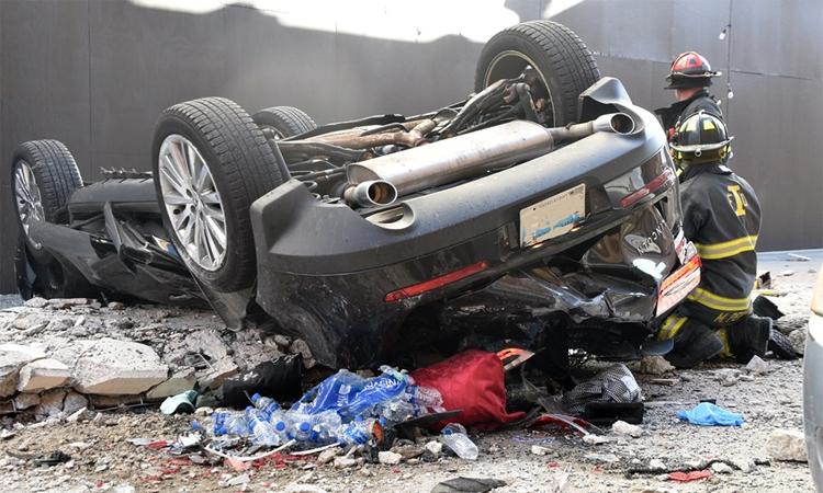 Ôtô rơi từ tầng 4 bãi đỗ, hai người chết