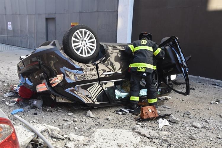 Nhiều đồ vật rơi ra từ trong xe, trong đó có một chiếc túi xách màu nâu.