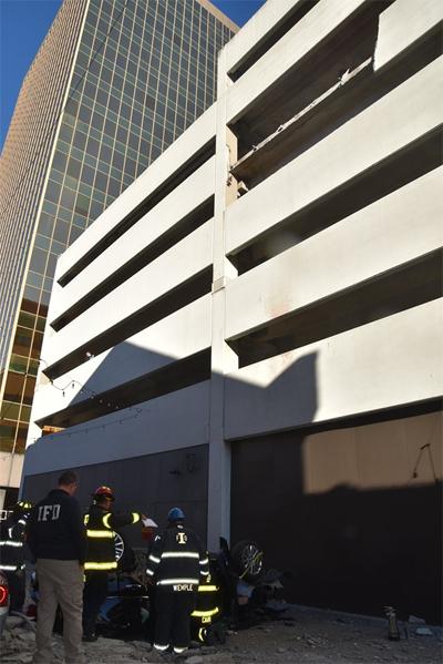 Xe rơi xuống từ tầng 5 của bãi đỗ xe 6 tầng.