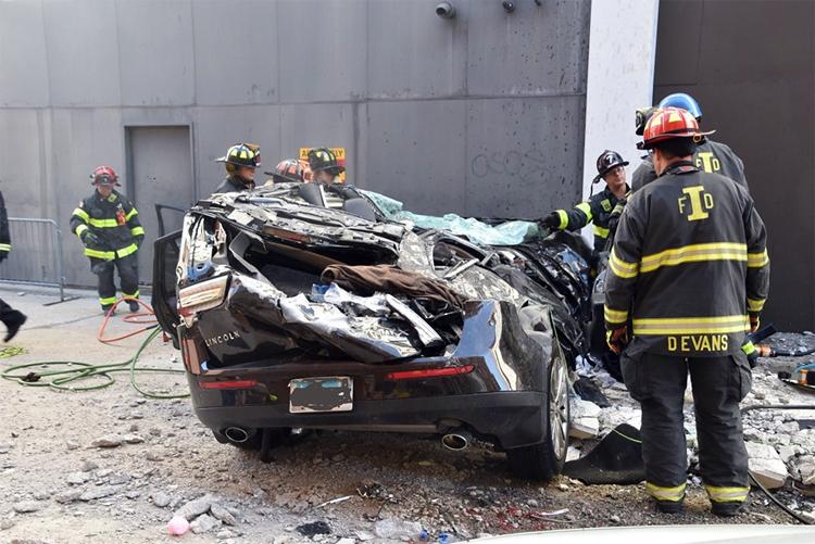 Chiếc SUV hiệu Lincoln đời 2013 dập nát, hư hỏng nặng.