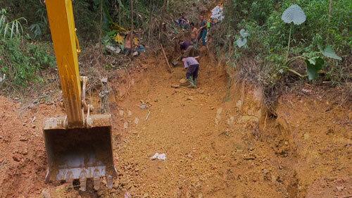 Một tuần đào đất, vét suối xử lý ô nhiễm dầu - ảnh 2
