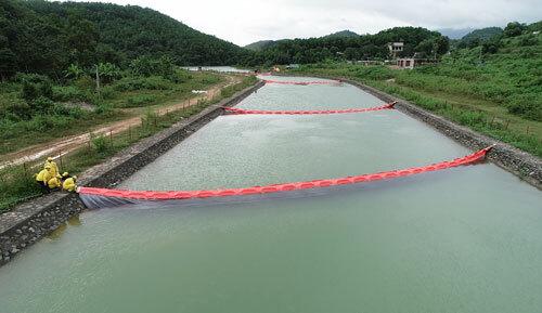 Một tuần đào đất, vét suối xử lý ô nhiễm dầu - ảnh 1