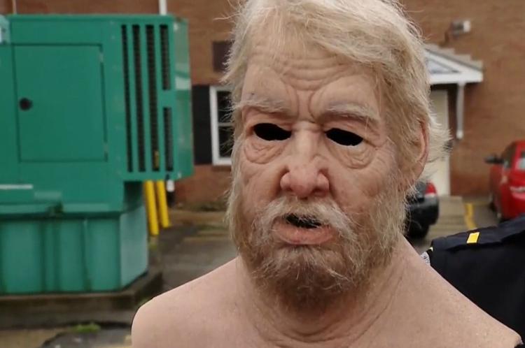 Chiếc mặt nạ giống thật làm Luke già gấp đôi so với tuổi thật. Ảnh: KDKA.