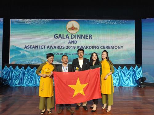 Đại diện của Hocmai.vn và ViettelStudy cùng ông Nguyễn Thanh Tuyên, Trưởng ban giám khảo AICTA Việt Nam (người thứ 2 từ trái qua).
