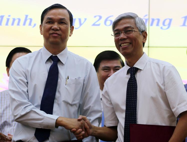 Phó chủ tịch UBND TP HCM Võ Văn Hoan (phải) và Phó chủ tịch UBND tỉnh Tây Ninh Dương Văn Thắng tại lễ ký kết. Ảnh: Phương Thảo