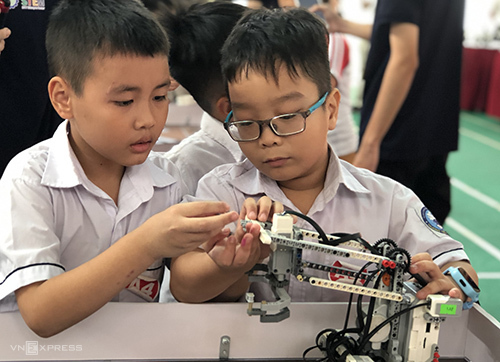 Các thí sinh kiểm tra robot chuẩn bị thi đấu. Ảnh: HV