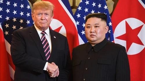 Tổng thống Mỹ Trump (trái) và lãnh đạo Triều Tiên Kim Jong-un gặp nhau tại Hà Nội hồi tháng hai. Ảnh: AFP.