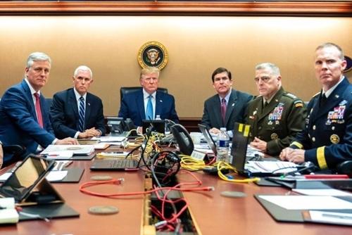 Trump (chính giữa) cùng các quan chức cấp cao theo dõi cuộc đột kích qua video truyền trực tiếp ngày 26/10 tại Nhà Trắng. Ảnh: Nhà Trắng.