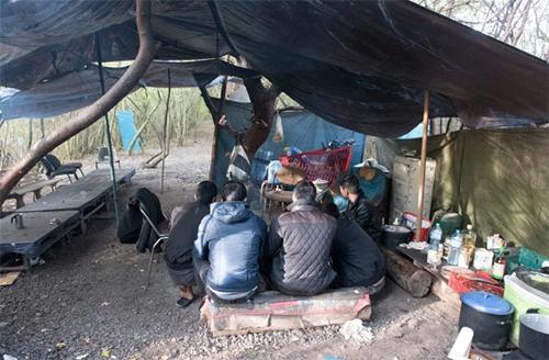 Bên trong trại ẩn náu của người Việt chờ sang Anh - ảnh 1