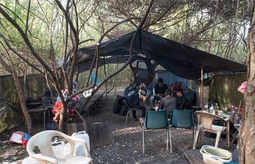 Bên trong trại ẩn náu của người Việt chờ sang Anh - ảnh 2