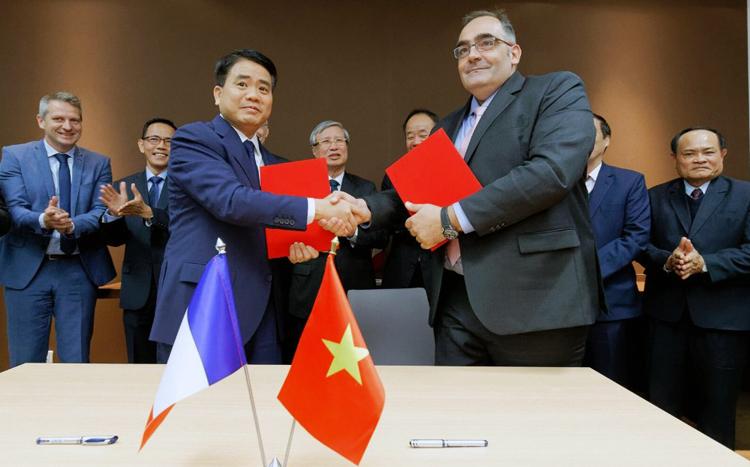 Chủ tịch UBND TP Hà Nội Nguyễn Đức Chung ký biên bản ghi nhớ với đối tác Alstom. Ảnh MRB.