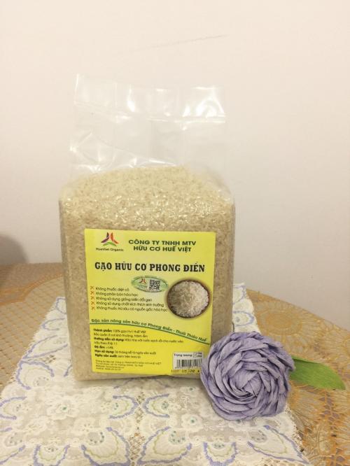 Gạo hữu cơ có màu trắng đục, còn nguyên lớp cám dinh dưỡng.