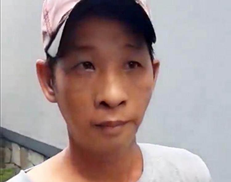 Việt bị đưa về trụ sở công an. Ảnh cắt từ video.