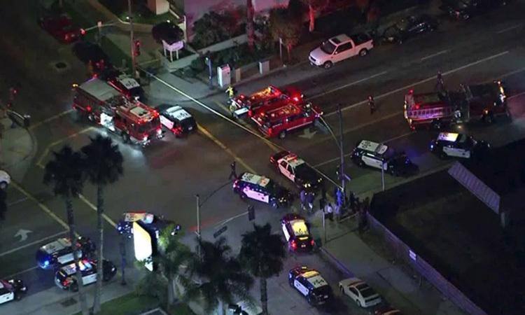 Xe cảnh sát và cứu hỏa tại hiện trường vụ xả súng tiệc Halloween ở Long Beach, California đêm 28/10. Ảnh: LA Times.