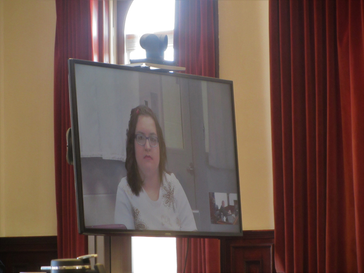 Samantha Mears dự tòa qua camera từ trong bệnh viện. Ảnh: Traci Rosenbaum/Great Falls Tribune.
