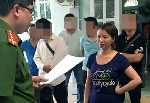 Bà Trần Thị Hiền lúc bị tống đạt quyết định khởi tố hồi tháng 5. Ảnh: Hải Yến.