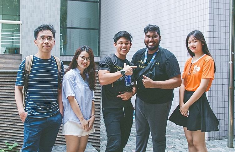 Thành viên CLB tiếng Anh Đại học Ngoại thương giao lưu với các du học sinh nước ngoài. Ảnh: EC-FTU