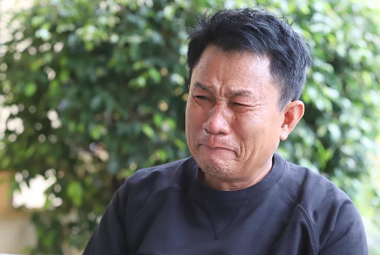 Ông Đạm khóc khi nói về con trai đang mất tích. Ảnh: Đức Hùng