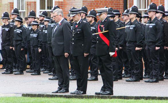 Cảnh sátEssex cúi đầu dành một phút mặc niệm cho các nạn nhân ngày 1/11. Ảnh: Essex Police.