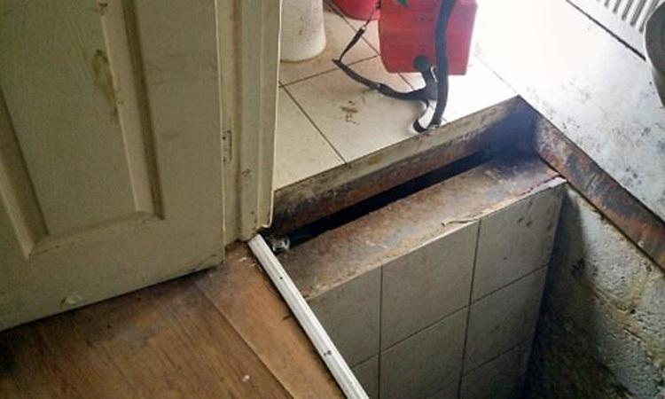 Lối xuống đường hầm bắt đầu từ nhà vệ sinh tầng trệt một căn nhà ở phố Deptford, đông nam London. Ảnh: Cảnh sát London.